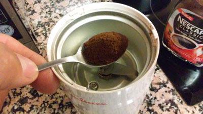 pasamos el cafe por el molinillo
