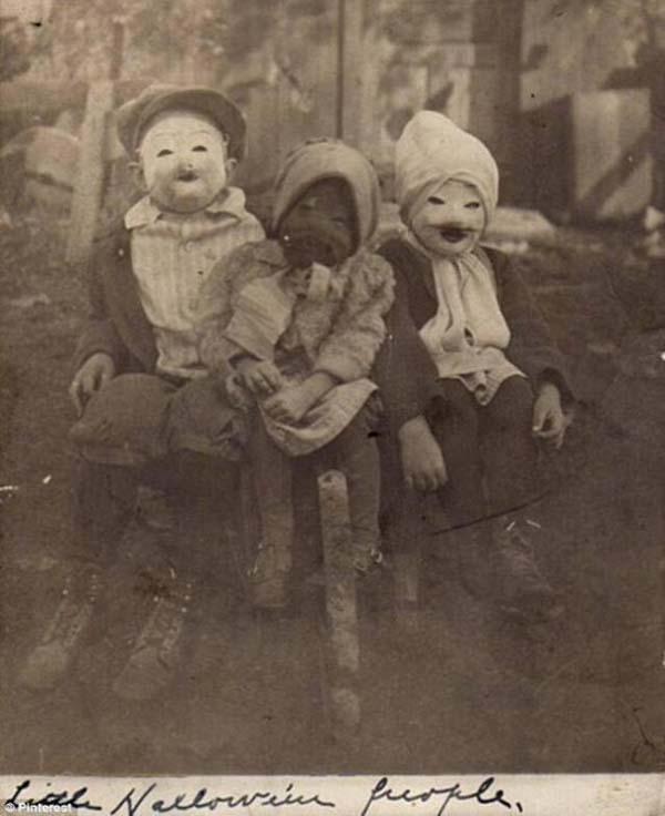 30 Vintage Photos Show Strange and Terrifying Halloween