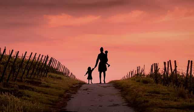 Mãe se emociona com pensão para filha depois de anos de espera