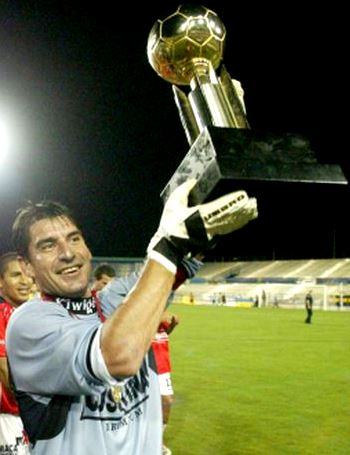 Foto de Óscar Ibáñez feliz con copa de campeones