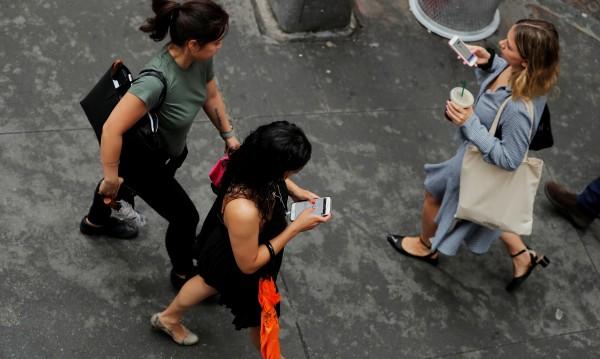 100 лева глоба за пешеходци с телефон в ръка