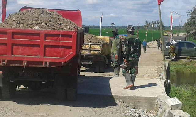Percepat Penimbunan di Lokasi TMMD Kodim 1404/Pinrang, Puluhan Truk Didrop