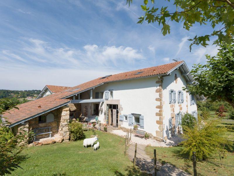 Dos caseríos del País Vasco-francés para empaparse de verde