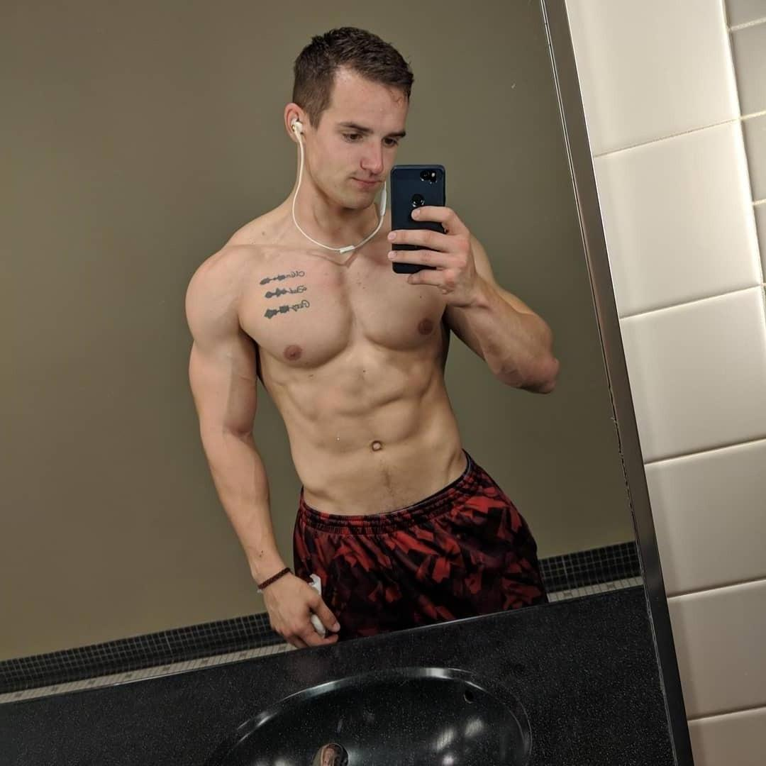 sexy-shirtless-fit-dude-taking-selfie
