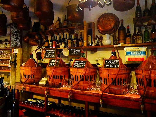 Dejte si víno tam, kde ho pil i Casanova, bacaro, cicchetti, víno, cantina do mori, kam v benátkách, co ochutnat v benátkách, benátky průvodce,