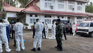 Anggota Kodim 0308 Pariaman Bantu Petugas Kesehatan Evakuasi Warga Binaan Panti  Tresna Werdha Sabai  Nan Aluih Terkonfirmasi Positif