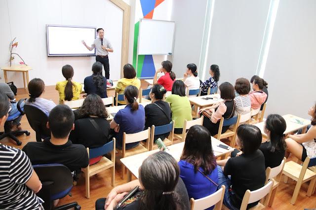 """Diễn giả Nguyễn Quốc Chiến tại Hội thảo """"Phát triển tư duy phản biện cho trẻ"""""""