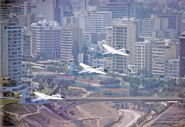 Tres Tracker procedentes del mar (Costa Verde) sobrevuelan el Puente Villena, distrito de Miraflores, Lima.