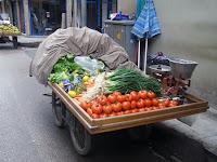 Sebze satan dört tekerli bir işportacı arabası