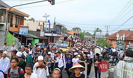 Peserta Aksi Jalan Kaki Terharu dengan Doa dan Bantuan Warga Sepanjang Jalan