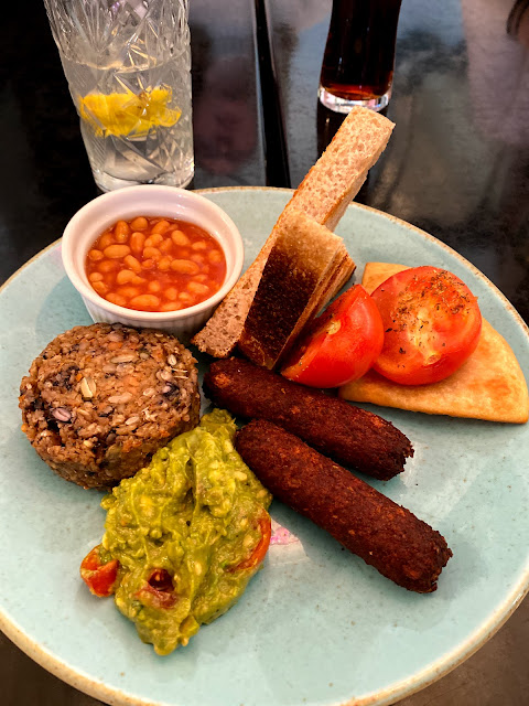A full English breakfast contains avocado, toast, haggis, scone, tomatoes, beans, sausages