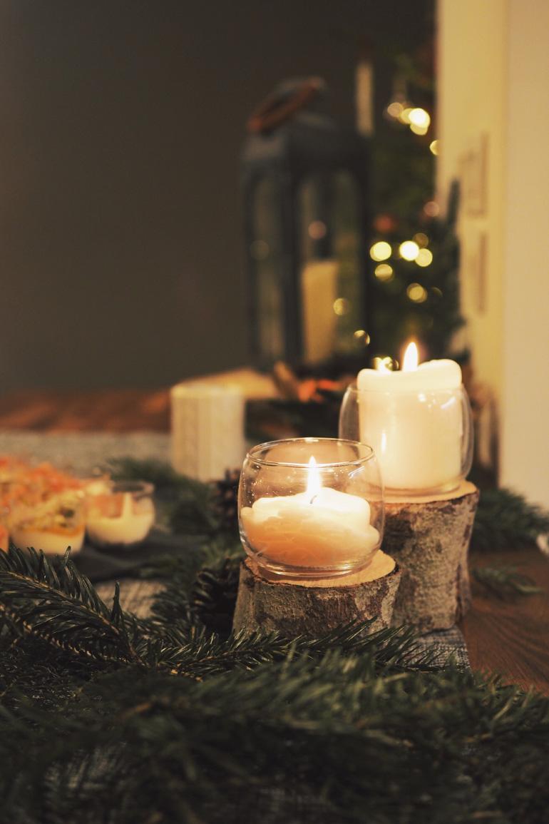 Décoration de table pour un dîner de fêtes de fin d'année entre amis