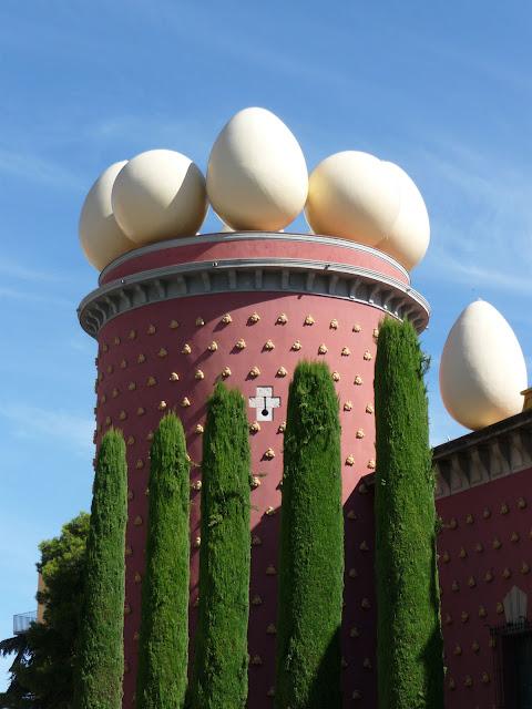 Яйца на крыше музея Сальвадора Дали в Фигерасе