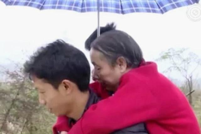 История парня из Китая, который 15 лет носил свою парализованную мать на спине