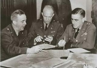 Генерал Эйзенхауэр (в центре) занят планированием. Возможно, даже по матрице)))