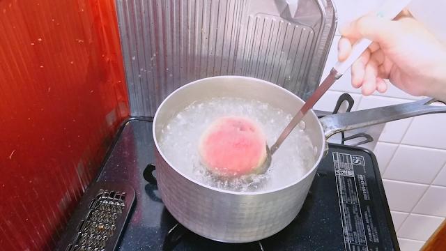 鍋に湯を沸かし、沸騰したら穴あきお玉にのせて桃をゆでます。 ゆで時間はかたい桃なら30秒~60秒、熟した桃なら5秒~10秒くらいを目安にします。