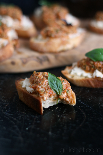 <b>Roasted Red Pepper, Basil, and Almond Pesto Crostini</b> {#FreshGifts}