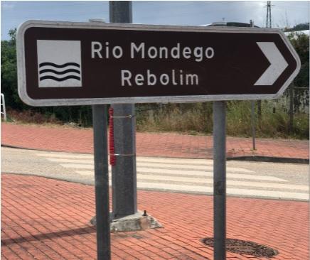 Placa indicativa da Praia do Rebolim
