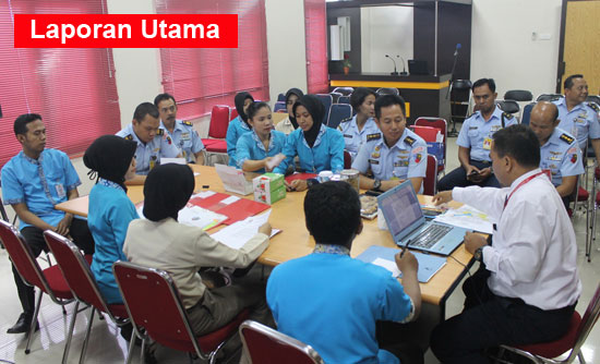 SURVEY : Tim Komisi Akreditasi Rumah Sakit (KARS) melaksanakan survei Akreditasi program khusus terhadap Rumah Sakit TNI Angkatan Udara (RSAU) dr. Muhammad Sutomo Lanud Supadio.  Foto Kapentak TNI AU Supadio