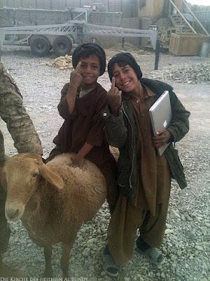 Lustige reiche Kinder zeigen Stinkefinger im Himalaya Spassbild