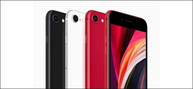 أربع هواتف iPhone SE جديدة باللون الأسود والأبيض واثنان باللون الأحمر.