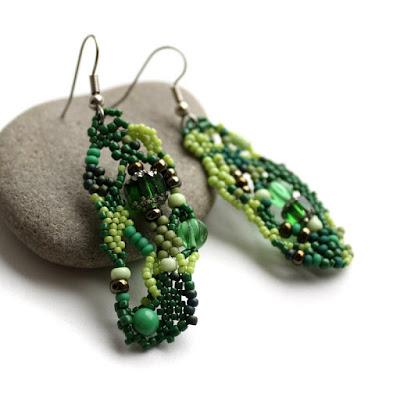 Оригинальные зеленые серьги ручной работы. Фриформ-украшение из бисера