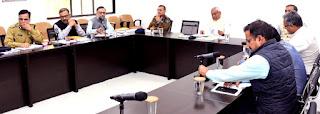 अधिकारियों के साथ बैठक करते मुख्यमंत्री नीतीश कुमार