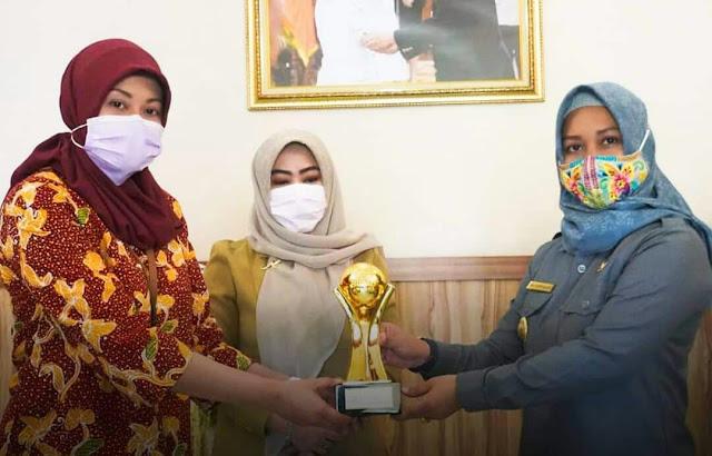 """Mojokerto - Kota Mojokerto, kembali menorehkan prestasi yang membanggakan di tahun ini. Program pembiayaan usaha syariah (Pusyar) dari Bank Pembiayaan Rakyat Syariah (BPRS) Kota Mojokerto, meraih Top Badan Usaha Milik Daerah (BUMD) Award 2020.  Penghargaan ini diserahkan langsung oleh Direktur Operasional BPRS Kota Mojokerto Reni Triana kepada Wali Kota Mojokerto Ika Puspitasari, dengan didampingi Kepala Bagian Perekonomian Ani Wijaya, di Rumah Rumah Rakyat Hayam Wuruk 50, Magersari, Senin (14/9) pagi.  Program Pusyar milik BPRS Kota Mojokerto, masuk dalam kategori level 3 pada Top BUMD Award 2020. Dimana kategori level 3, merupakan BUMD yang dinilai memiliki pencapaian kinerja yang baik, kepemimpinan dan management baik sekaligus memiliki peran dalam pembangunan ekonomi di daerah.  """"Alhamdulillah, Kota Mojokerto kembali meraih prestasi yang membanggakan di tahun ini melalui BUMD. Program Pusyar milik BPRS, masuk pada kategori level 3 pada Top BUMD Award 2020. Ini merupakan suatu prestasi yang membanggakan, di tengah kondisi pandemi Covid-19,"""" kata Ning Ita, sapaan akrab wali kota.  Ning Ita menjelaskan, penghargaan yang diterima BPRS dinilai bagus karena memiliki sinergitas dengan pemerintah daerah khususnya membantu perkreditan bagi pelaku masyarakat ekonomi kecil tanpa bunga, tanpa biaya. Serta mampu memberikan laporan keuangan syariah yang cukup baik.  Kedepannya, Pemerintah Kota Mojokerto melalui seluruh BUMD yang dimiliki akan berupaya untuk menyinergikan program-program pemerintah daerah agar memberikan kemanfaatan secara langsung bagi masyarakat melalui sektor ekonomi, pariwisata dan sektor-sektor lainnya.  """"Tahun depan, kami akan memiliki BUMD baru. Semoga, melalui BUMD-BUMD ini dapat menyumbangkan pendapatan asli daerah (PAD) demi mengembangkan Kota Mojokerto yang berdaya saing. Karena, potensi PAD yang dihasilkan dari BUMD cukup besar yang nantinya dapat dikelola secara profesional demi mensejahterakan masyarakat,"""" jelasnya.  Perlu diketahui, Top BUMD Awa"""