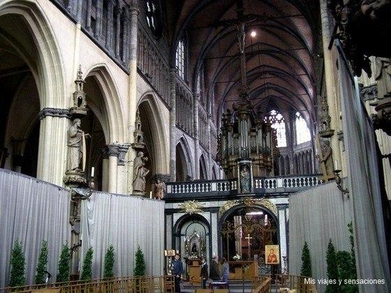 Interior de la iglesia de Nuestra Señora, Brujas, Bélgica