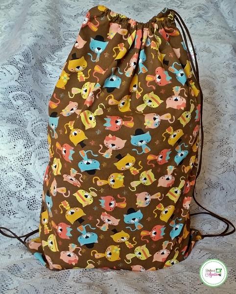 Bolsa modelo mochilinha de tecido com estampa de gatinhos