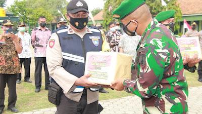 Puluhan Ton Beras Disalurkan TNI - Polri di Lamongan