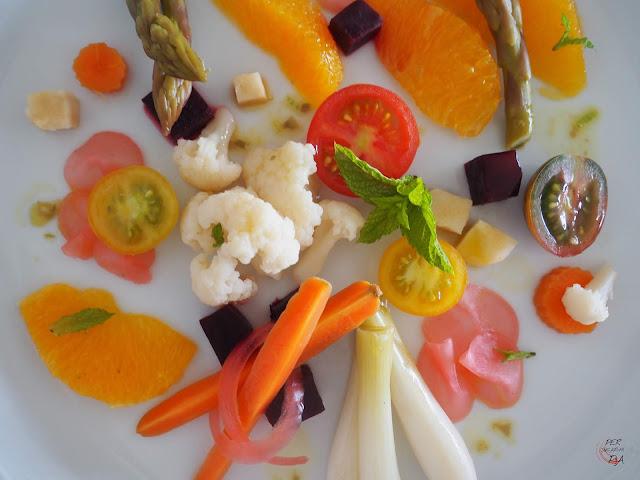 Fresca ensalada de encurtidos y fermentados, con toques de frutas y una fresca vinagreta