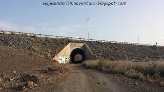 Túnel de referencia en la pista de tierra en el barranco del Berriel