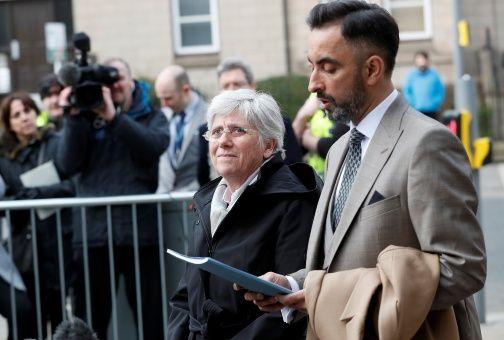 Exconsejera catalana se entrega a la justicia escocesa