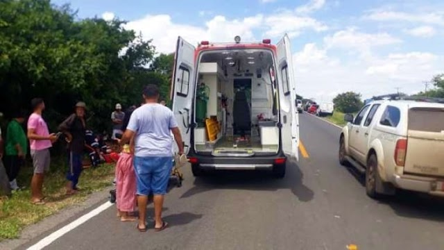 Casal fica ferido após moto ser atingida por carro na BR-030, em Guanambi
