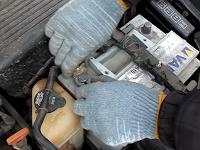snyatie-klemmy-s-akkumulyatora-avtomobilya