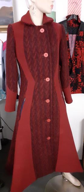 Mantel van 2 soorten stof geperst met de fluweelmat of persmat