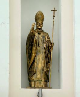 Ходоров. Костёл Всех святых. Скульптура Папы Римского Иоанна Павла II
