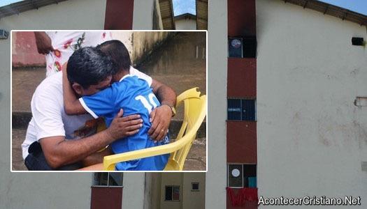 Pastor salva la vida de un niño en incendio