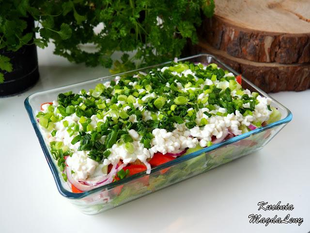 Sałatka z sałatą lodową, pomidorami, ogórkiem i serkiem wiejskim