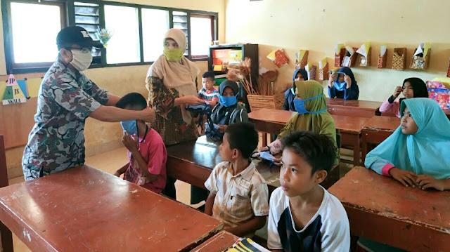 Pemdes Denggen Timur Bagikan 1000 Masker Gratis Khusus Anak