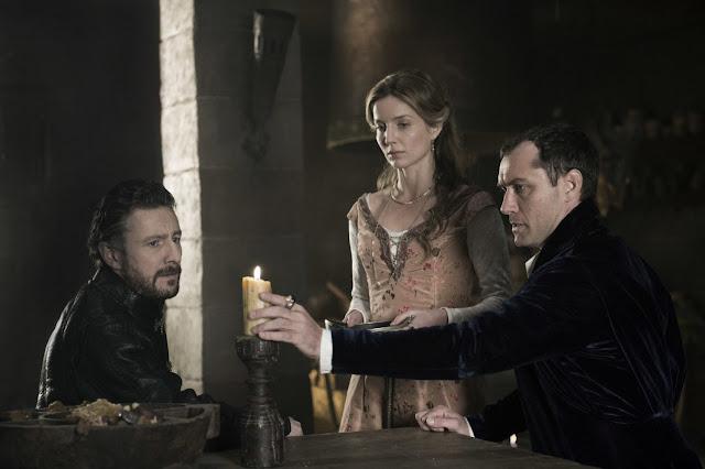 Peter Ferdinando (Mercie), Annabelle Wallis (Maggie), et Jude Law (Vortigern) dans Le Roi Arthur : la légende d'Excalibur