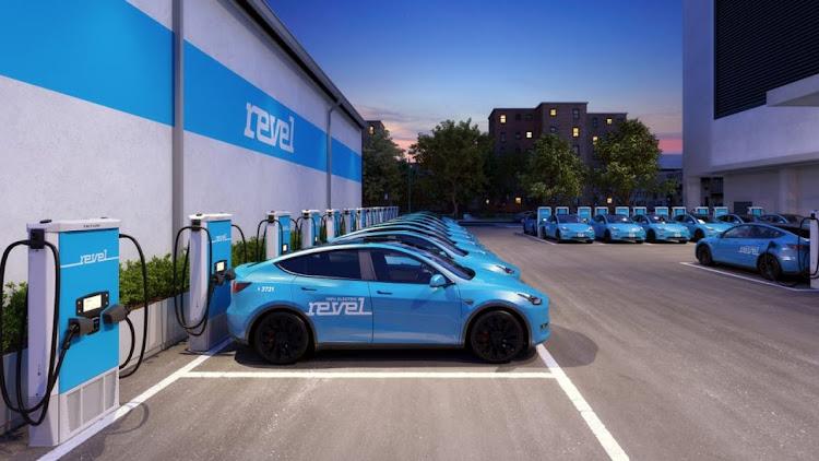 Зарядных хаб Revel с авто Tesla Model Y