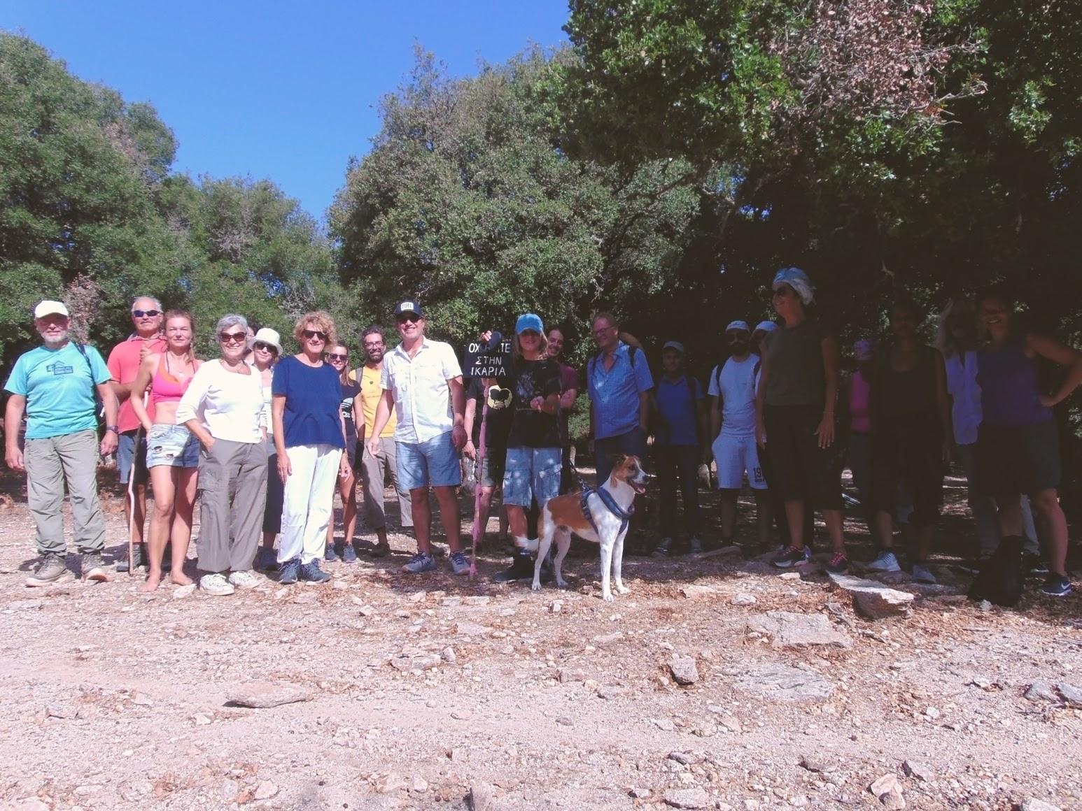 Η ομάδα του ΟΠΣ Ικαρίας ποζάρει στην Εριφή πριν το ξεκίνημα της πεζοπορίας για τη κορυφή «Μέλισσα» και το μικρό μοναστήρι «Άγιος Ισίδωρος».