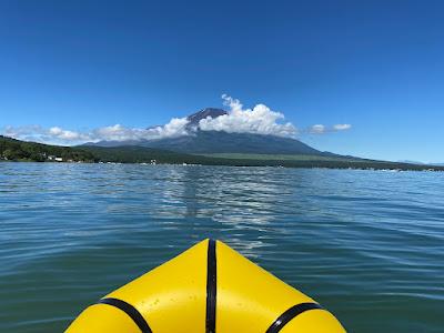 山中湖で富士山に向かってパックラフトを漕ぐ