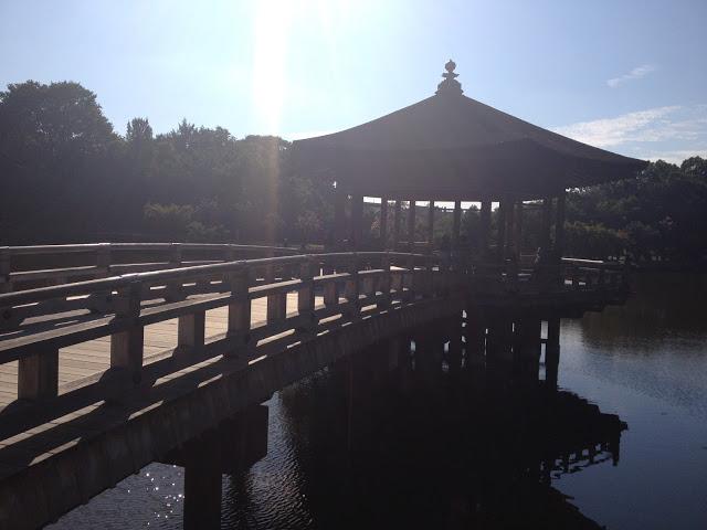 un padiglione si specchia nel lago