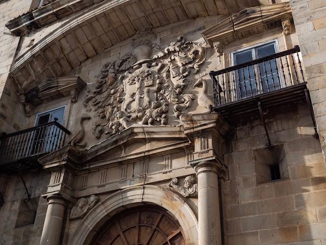 Detalle de blasón en una fachada de Espinosa de los Monteros