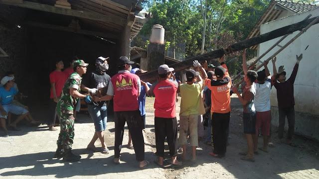 TNI-Polri dan Relawan  Bantu Warga Bersihkan Puing Sisa Kebakaran di Ngemplak Seneng