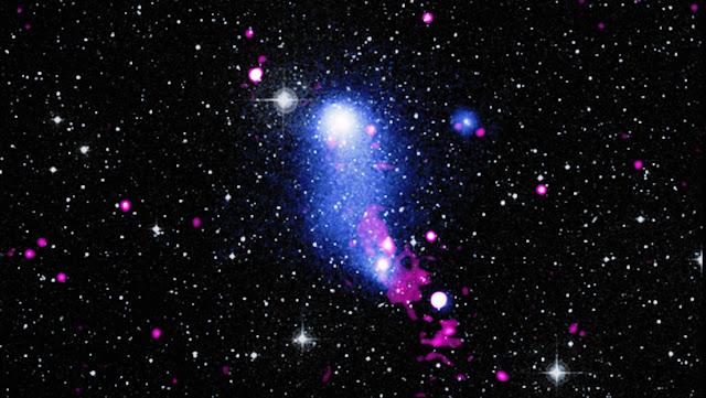 La NASA muestra un impresionante 'puente' de gas formado por la colisión de dos cúmulos galácticos