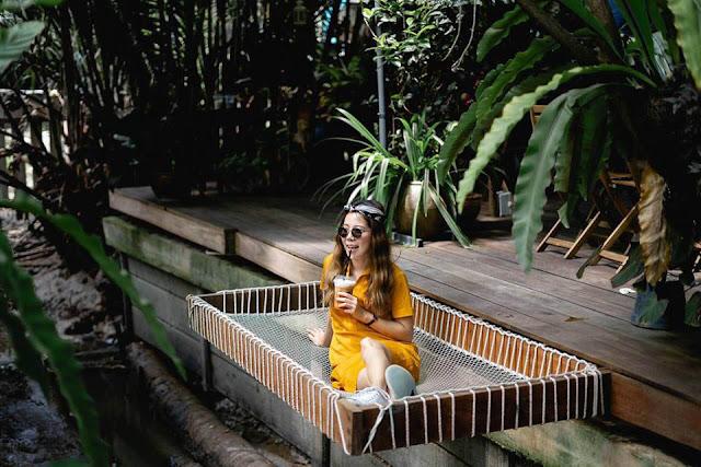 Không chỉ là một quán cà phê sân vườn với nội thất gỗ, tre thông thường, nơi đây còn là một không gian đầy sáng tạo với những góc nghỉ ngơi được thiết kế rất độc đáo. Tất cả đều được tạo nên để giúp khoảng thời gian nghỉ ngơi dưới những tán cây xanh của bạn được trọn vẹn nhất.